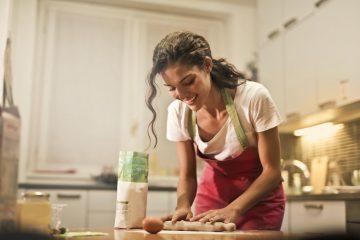 Se empodere cozinhando para si mesma todos os dias (Foto de Andrea Piacquadio no Pexels)